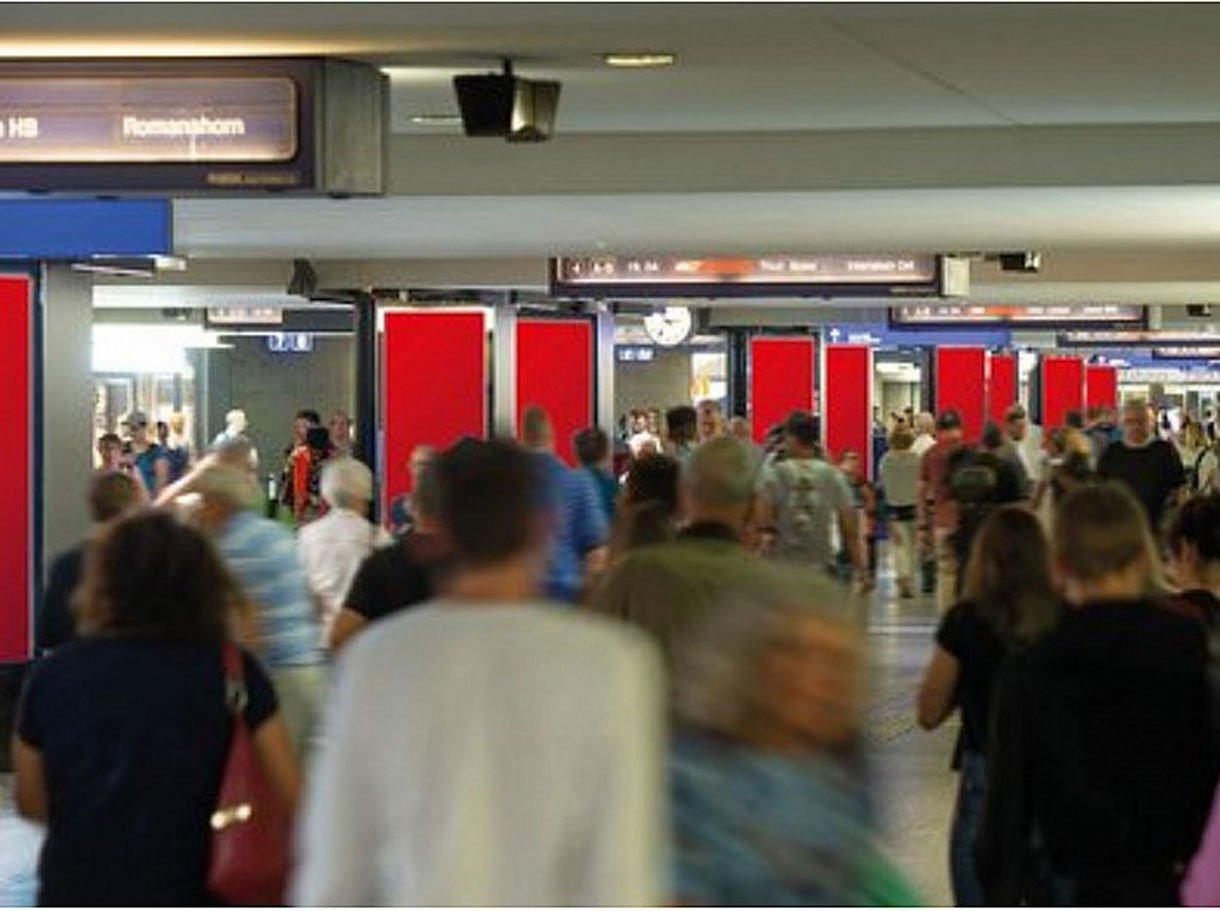 Referenzbild APG, Rail ePanel AdWalk Bahnhof Bern