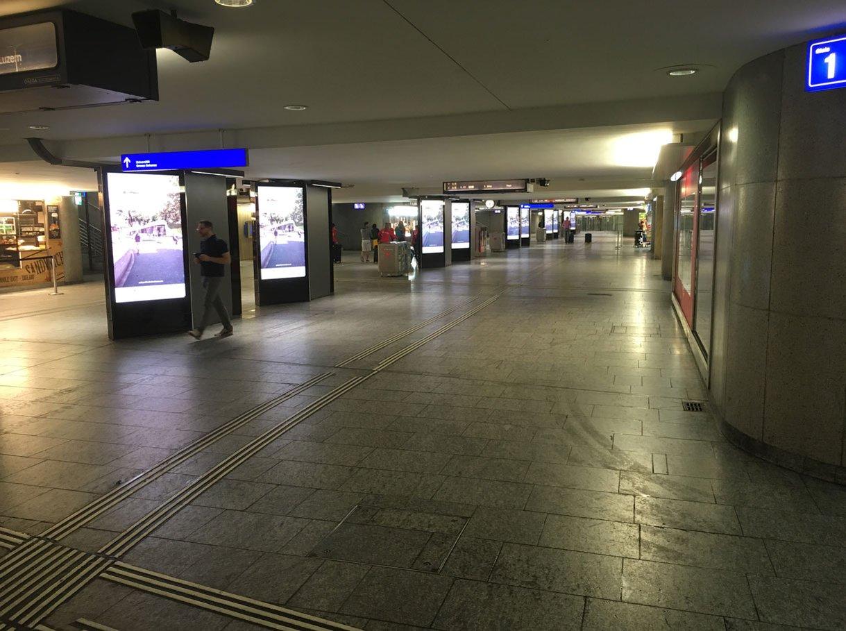 Referenzbild APG, Rail ePanel AdWalk Banhof Bern