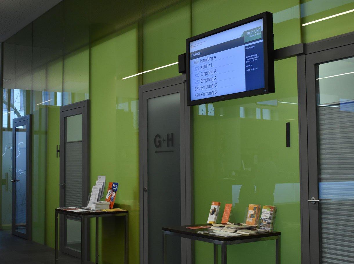 Referenzbild Einwohner- und Passamt Basel, Display