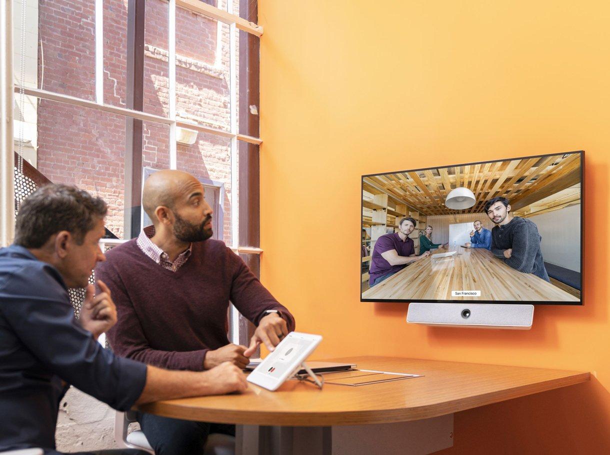 Zwei junge Männer in einer Videokonferenz