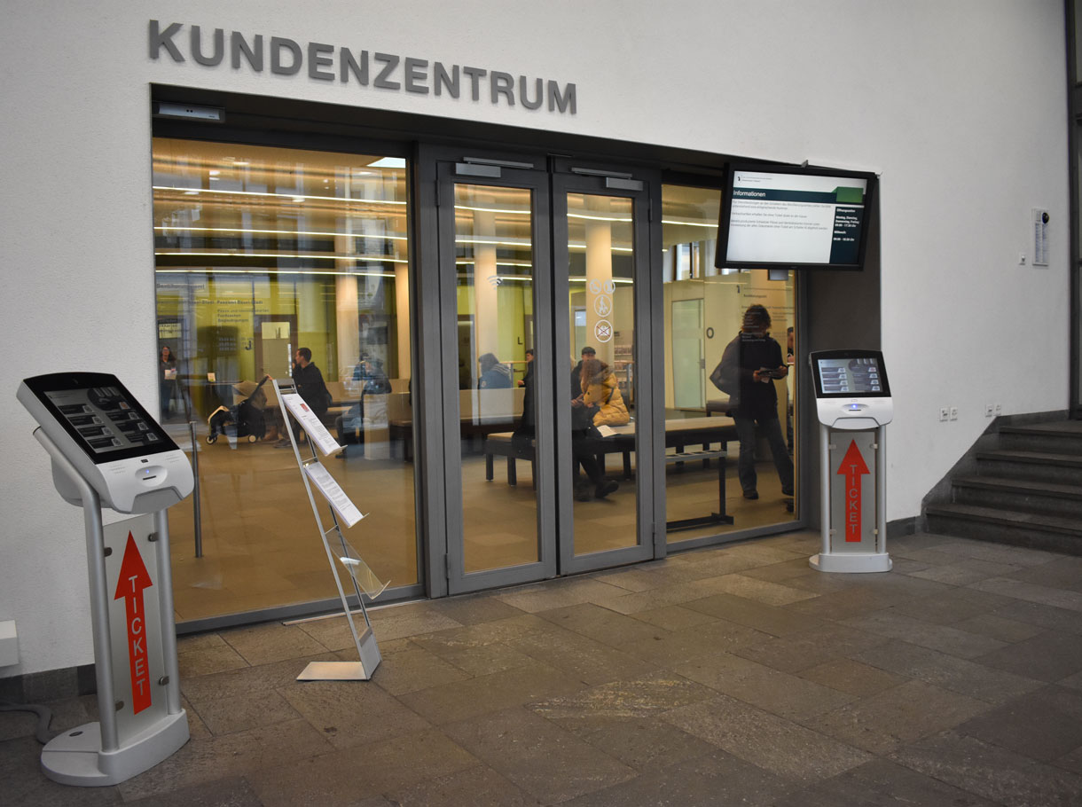 Referenzbild Einwohner- und Passamt Basel, Ticketingstele